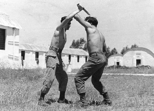 deux hommes pratiquant le krav maga